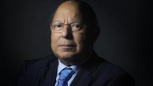 Dalil Boubakeur, líder da Grande Mesquita de Paris, nega polêmica.