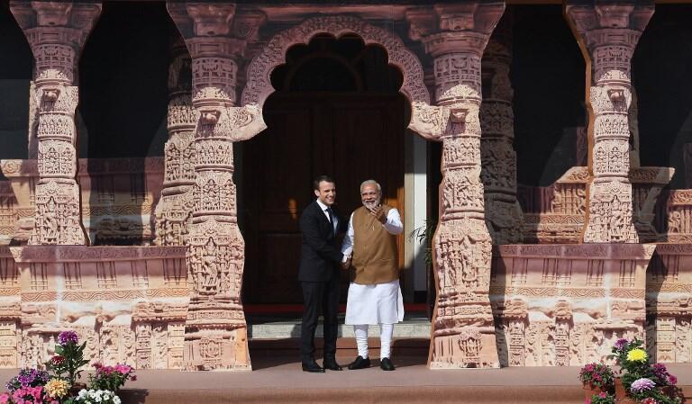 Thủ tướng Ấn Độ Narendra Modi (P) nghênh đón tổng thống Pháp Emmanuel Macron đến hội nghị thành lập Liên Minh Năng Lượng Mặt Trời ở New Delhi.