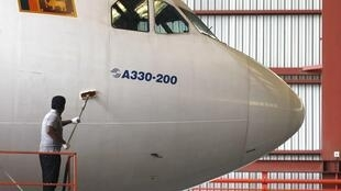 Parte dianteira de aeronave da Airbus. Empresa inicia 2013 com vendas recordes.