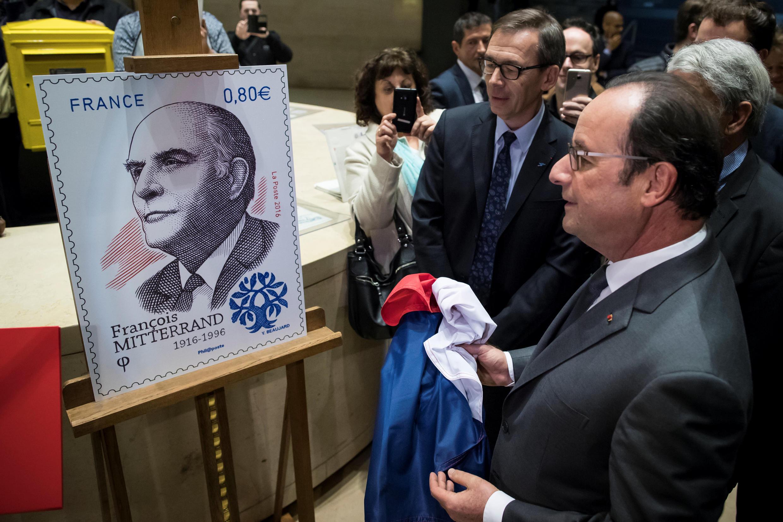 Франсуа Олланд представил памятную марку, выпущенную по случаю 100-летия со дня рождения Франсуа Миттерана, Париж, 26 октября.