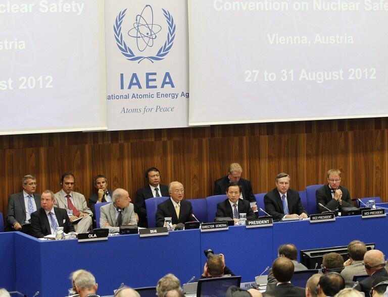 Le directeur général de l'Agence internationale de l'énergie atomique (AIEA) Yukia Amano (3e G), le 27 août 2012 à Vienne.