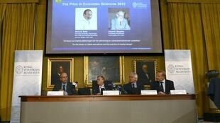 Ảnh Alvin Roth (T) và Lloyd Shapley (P)  trên bản khi Nobel kinh tế 2012 được thông báo, ngày 15/10/2012