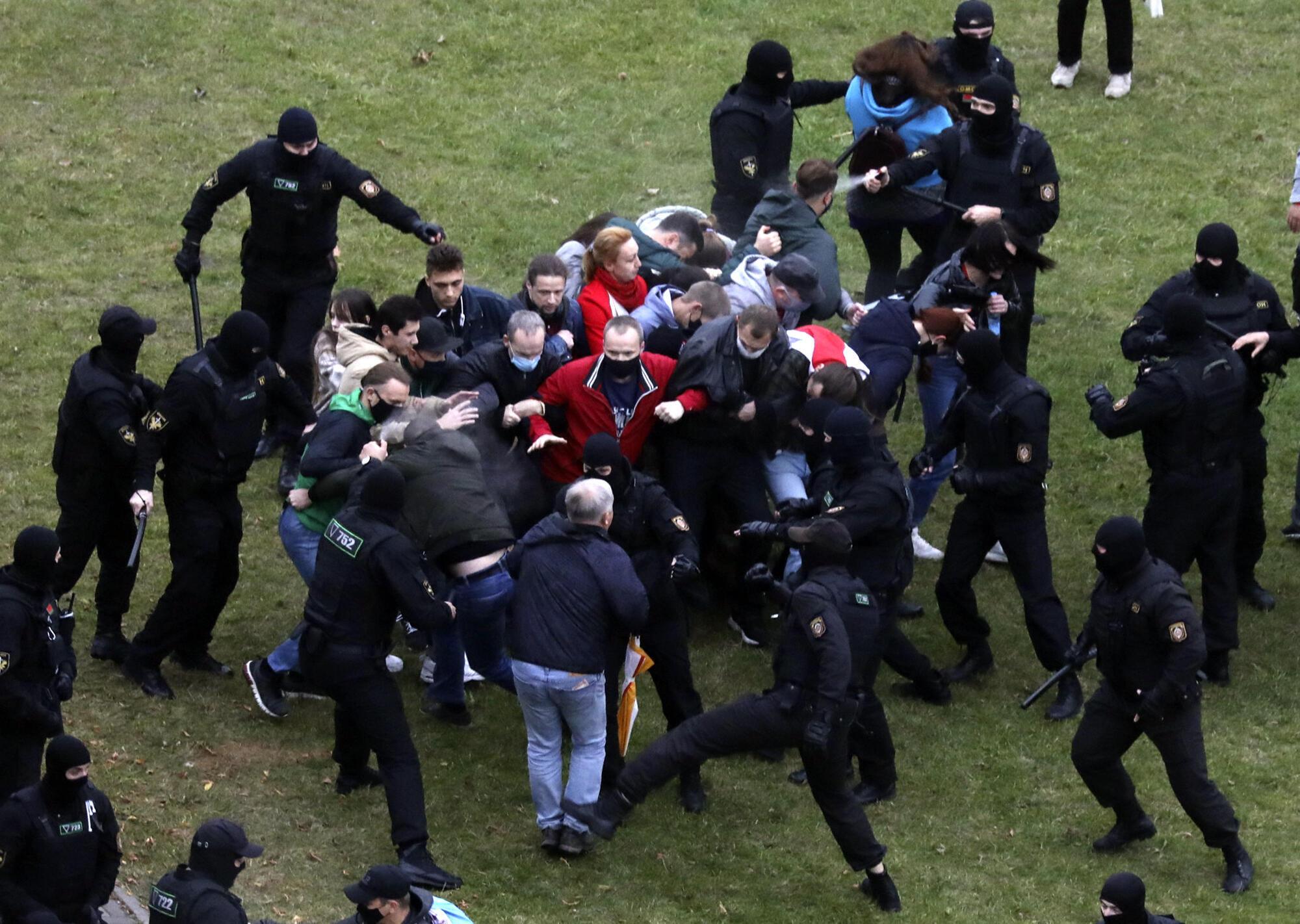 Selon une ONG, la police a procédé à environ 150 arrestations. Minsk, le 11 octobre 2020.