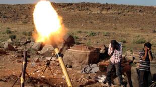 Tir de mortier de forces rebelles syriennes sur les troupes de Bachar el-Assad des hauteurs du Golan, dans la région de Quneitra (Syrie). Une région frantalière avec le plateau du Golan occupé par Israël, juin 2017.
