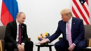 Tổng thống Mỹ Donald Trump và tổng thống Nga Vladimir Putin bên lề cuộc họp G20 ở Osaka, Nhật Bản, ngày 28/06/2019.