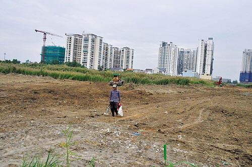 Tại Việt Nam, tranh chấp giữa người dân và chính quyền xuất phát từ việc trưng thu đất đai (Reuters)