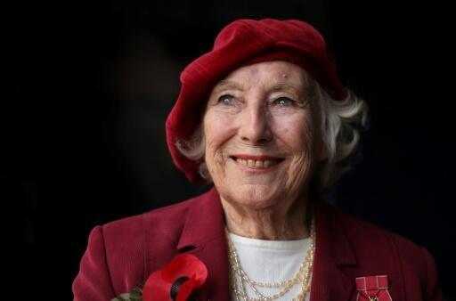 La cantante inglesa Vera Lynn, reconocida durante la Segunda Guerra Mundial, durante una sesión de fotos en el centro de Londres, el 22 de octubre de 2009