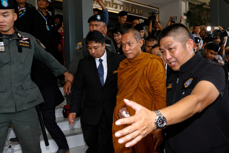 Nhà sư Phra Buddha Issara, 62 tuổi, bị cảnh sát Thái Lan bắt giữ tại Bangkok ngày 24/05/2018.