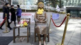 Statue symbolisant les victimes d'abus sexuels en Corée du Sud pendant la Seconde Guerre mondiale, devant l'ambassade du Japon à Séoul.