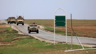 Tropas estadounidenses patrullan cerca de la frontera entre Turquía y Siria (4/11/2018). Por orden del presidente Donald Trump, pronto dejarán este territorio.