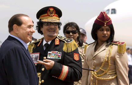 Le leader libyen Mouammar Kadhafi (c) a été accueilli par le président du Conseil italien Silvio Berlusconi, le 10 juin 2009.