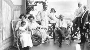 Семья магната-благотворителя Микаэла Арамянца на балконе особняка в Ахтале (архив музея истории Армении)