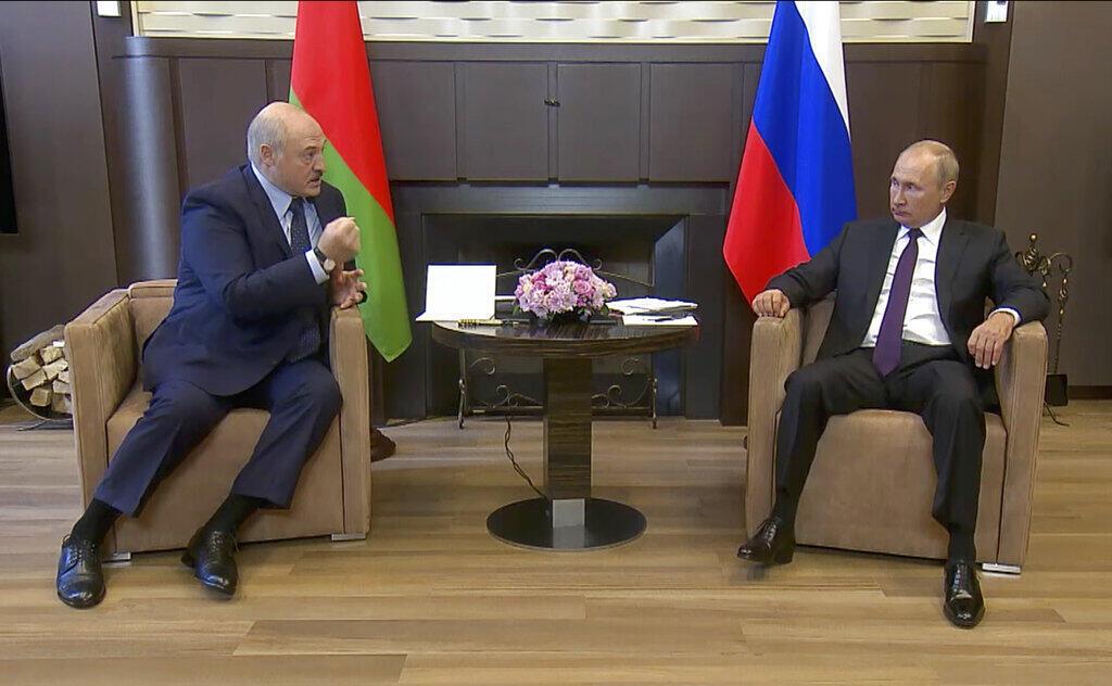 TT Belarus Alexandre Lukachenko (T) và đồng nhiệm Nga Vladimir Putin tại một dinh thự ở Sotchi, bên bờ Biển Đen ngày 14/09/2020.