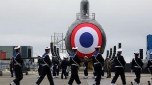 Fuzileiros da Marinha Francesa desfilam diante do Suffren,novo submarino nuclear da  França, nos  estaleiros do Naval Group em Cherbourg,noroeste da França, durante o seu lançamento.12 de Julho de 2019