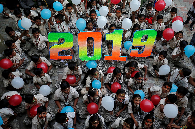 Học sinh một trường học ở Ahmedabad, Ấn Độ, kết bóng chào đón năm 2019, ngày 31/12/2018.