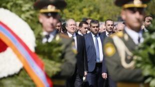 Президент страны Армен Саркисян и исполняющий обязанности премьер-министра Карен Карапетян у Мемориала жертв геноцида в Цицернакаберде в Ереване, 24 апреля 2018.