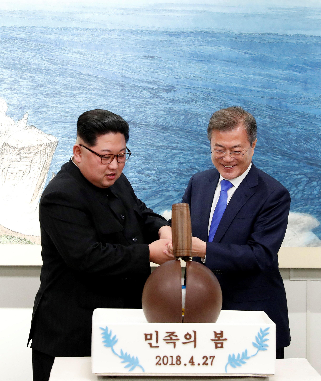 Tổng thống Hàn Quốc và lãnh đạo Bắc Triều Tiên trong bữa tiệc tối tại Nhà Hòa Bình - Bàn Môn Điếm sau cuộc gặp thượng đỉnh hôm 27/04/2018..