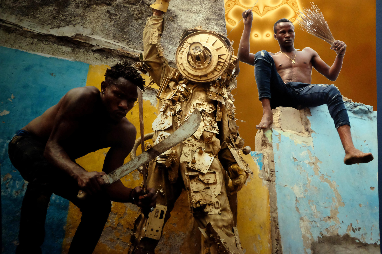 Vue du triptyque « RDC, Zaïre, Congo belge » de Kongo Astronauts dans l'exposition « Kinshasa Chroniques » à la Cité de l'architecture et du patrimoine, à Paris. © Siegfried Forster / RFI