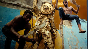 IP photo Vue du triptyque « RDC, Zaïre, Congo belge » de Kongo Astronauts dans l'exposition « Kinshasa Chroniques » à la Cité de l'architecture et du patrimoine, à Paris. © Siegfried Forster / RFI