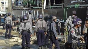 Lực lượng an ninh Miến Điện tại nơi xảy ra vụ nổ.