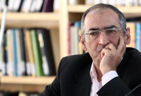 صادق زیبا کلام استاد علوم سیاسی مقیم ایران