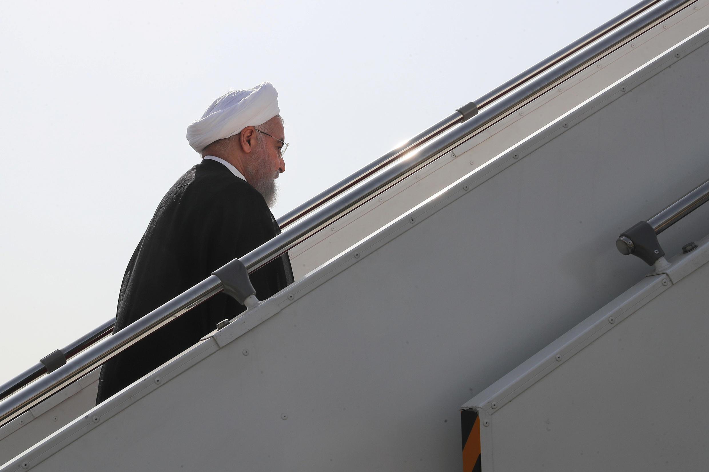 O presidente iraniano Hassan Rohani embarca no aeroporto de Teerã