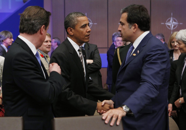 Барак Обама беседует с Михаилом Саакашвили во время саммита НАТО 21/05/2012