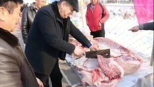 新疆伊寧官員給村民分豬肉