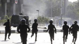 Policiais revidaram com bombas de gás lacrimogêneo às pedras atiradas pelos estudantes no Cairo.