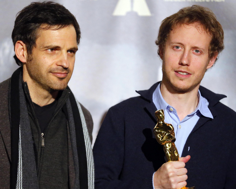 """Đạo diễn Laszlo Nemes (P) và diễn viên chính Geza Rohrig của bộ phim """"Con trai của Saul"""" trong buổi họp báo tại Budapest, 02/03/2016."""