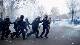 Des CRS lors d'une manifestation contre la réforme des retraites à Paris, le 5 décembre 2019.