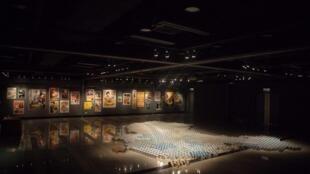 艾未未在香港「艺术空间」举办的展览上展出的《奶粉国》作品,用2000个奶粉罐砌成一个立体的中国地图,讽刺中国连奶粉都做不好,还为中港两地人民制造矛盾。