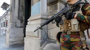 """Lối vào phòng xử án vụ """"tổ thánh chiến Verviers"""" được khoảng 15 cảnh sát canh gác cẩn thận."""