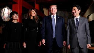 Tổng thống Mỹ Donald Trump và thủ tướng Nhật Bản Shinzo Abe (P) cùng các phu nhân dùng bữa tối tại một nhà hàng ở Tokyo, Nhật Bản ngày 05/11/2017.