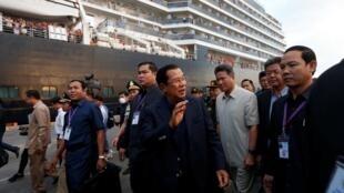 Thủ tướng Cam Bốt Hun Sen chào đón du khách tàu MS Westerdam tại cảng Sihanoukville, ngày 14/02/2020.