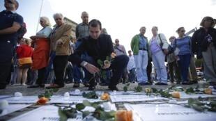 População homenageia habitantes da Alemanha Oriental que morreram ao tentar atravessar o muro.