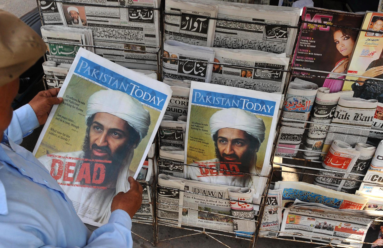 Un hombre contempla la primera página de un periódico con la noticia de la muerte de Osama bin Laden en un quiosco de Lahore, el 3 de mayo de 2011 en la ciudad paquistaní