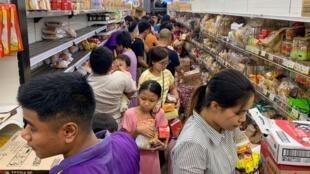 Des personnes paniquées achètent des provisions dans un supermarché, après avoir entendu des rumeurs concernant le nouveau coronavirus Covid-19, à Rangoun, le 12 mars 2020.