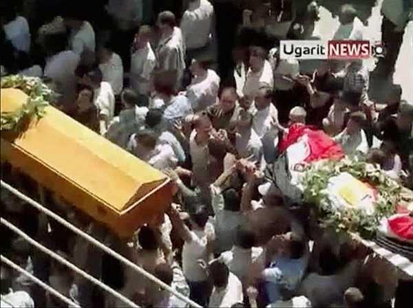 Captura de pantala de un video donde manifestantes llevan féretros en una procesión en los suburbios de Damasco, donde 4 personas murieron en las protestas del viernes. La imagen del 3 de septiembre de 2011.