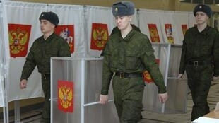 Chuẩn bị một phòng phiếu dành cho các quân nhân và gia đình tại một căn cứ quân sự gần Matxcơva ngày 01/03/2012.