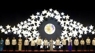 出席東盟峰會的各國領導人合影