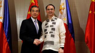 Ngoại trưởng Philippines Alan Peter Cayetano (P) và đồng nhiệm Trung Quốc Vương Nghị (Wang Yi), tại Taguig, Manila, ngày 25/07/2017