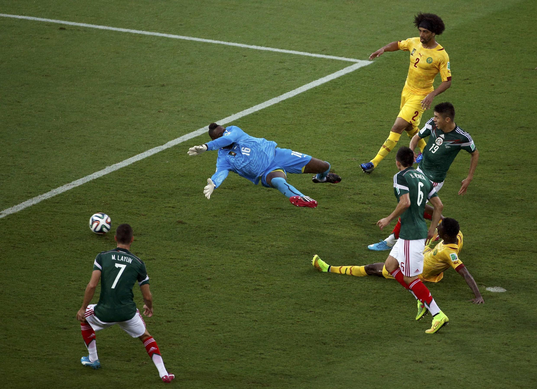 Peralta akifunga bao la ushindi kwa timu yake ya Mexico ilipocheza na Cameroon