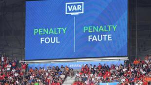 Un écran géant informe du contrôle par la VAR lors de la Coupe du monde féminine de football en France, en 2019, à Lyon.
