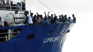 Un groupo de migrantes en el buque de rescate Lifeline en el Mediterráneo el 21 de junio de  2018.