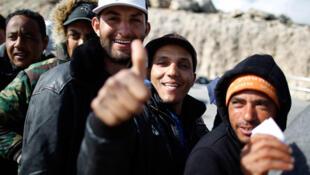Tunisinos na ilha de Lampedusa, a porta de entrada na Europa