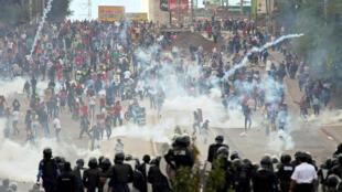 Manifestantes se enfrentan con la policía durante las protestas contra el inicio del segundo mandato del presidente Juan Orlando Hernández, en Tegucigalpa, Honduras, el 27 de enero de 2018.