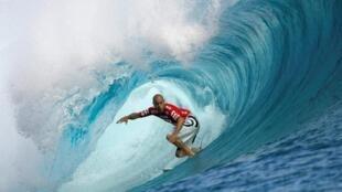 O surfista americano Kelly Slater fotografado em Teahupoo, no Taiti, em maio de 2008.