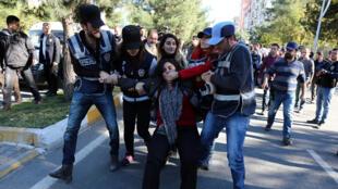 Sebahat Tuncel, députée et co-présidente du HDP, arrêtée lors d'une manifestation en opposition à la détention de leader du principal parti prokurde, le 4 novembre 2016.