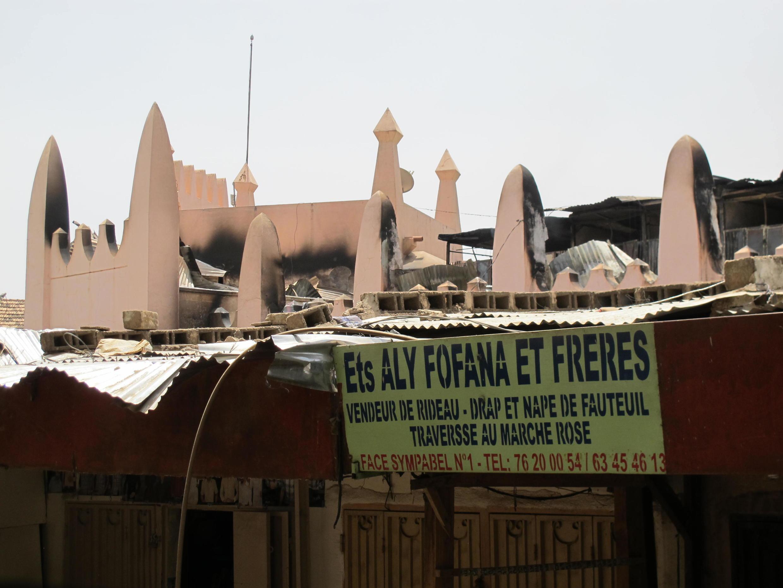 Le Marché rose de Bamako a été ravagé ce 21 mars par un incendie qui s'est déclaré dans la nuit de jeudi à vendredi. La police avance la piste accidentelle.